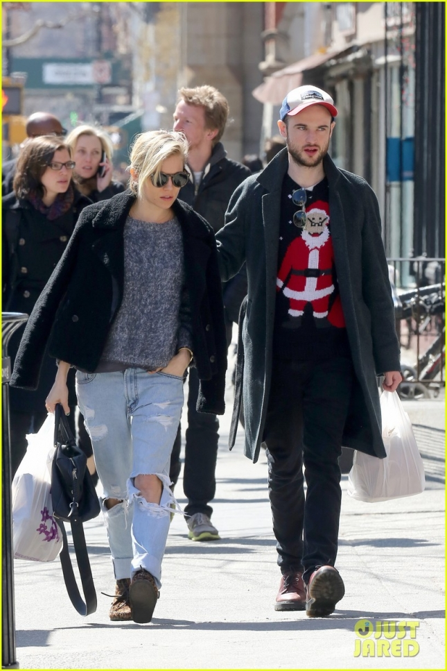 sienna-miller-tom-sturridge-santa-sweater-06