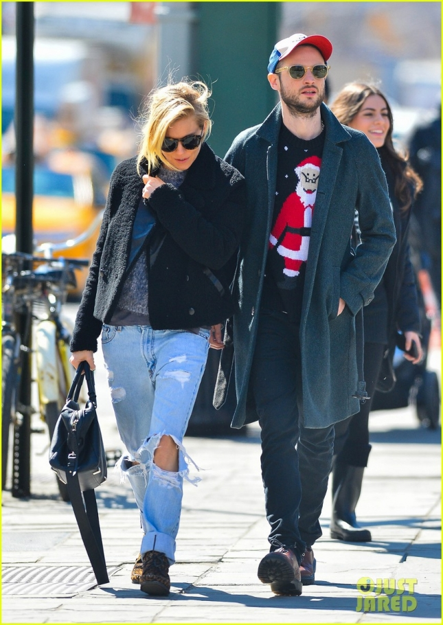 sienna-miller-tom-sturridge-santa-sweater-10