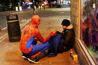 spider-man-helps-feeds-homeless-birmingham-uk-5-314x209