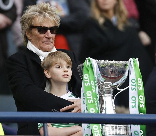 Род Стюарт с сыном