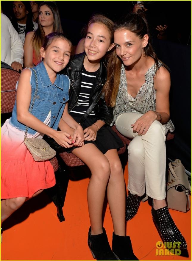 suri-cruise-has-a-blast-at-kcas-2015-with-mom-katie-holmes-01