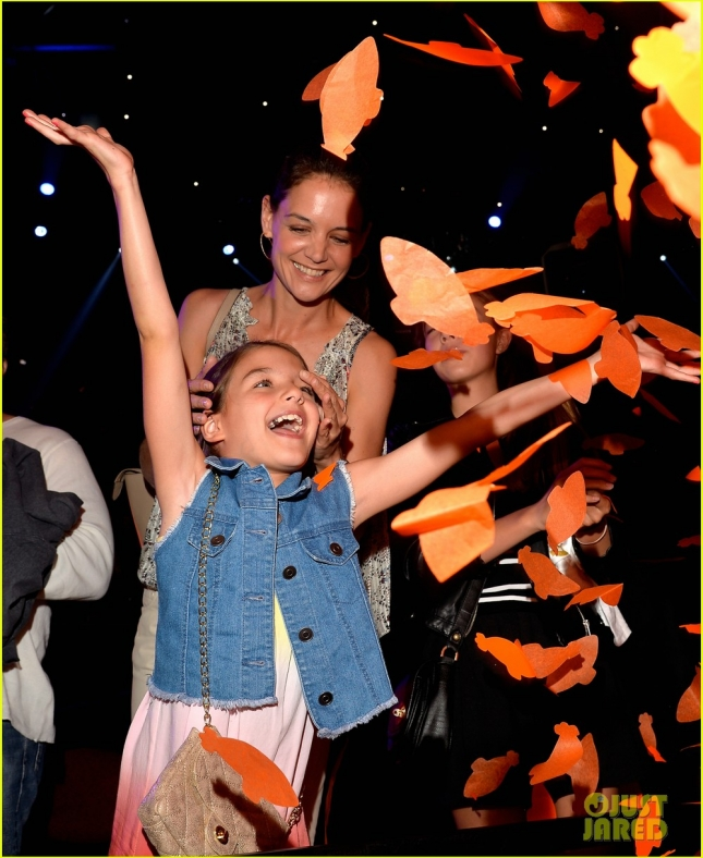 suri-cruise-has-a-blast-at-kcas-2015-with-mom-katie-holmes-03