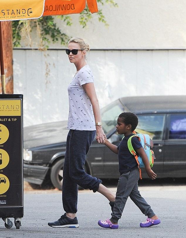 Шарлиз Терон с сыном