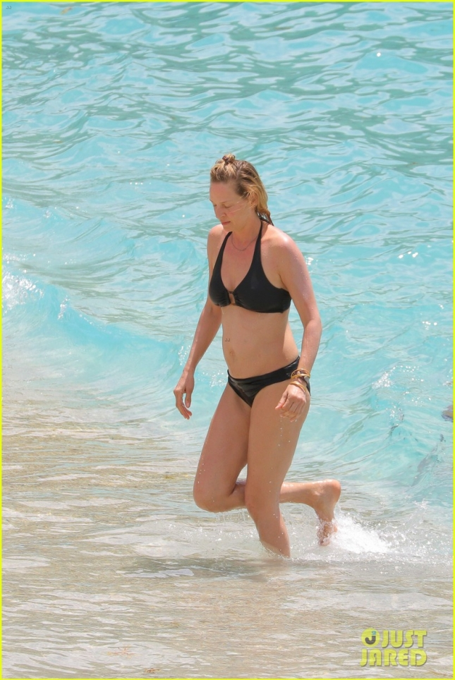 uma-thurman-shows-she-can-still-kill-it-in-a-bikini-05