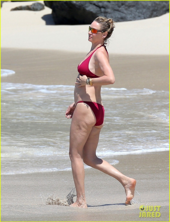 uma-thurman-splashes-around-at-the-beach-04