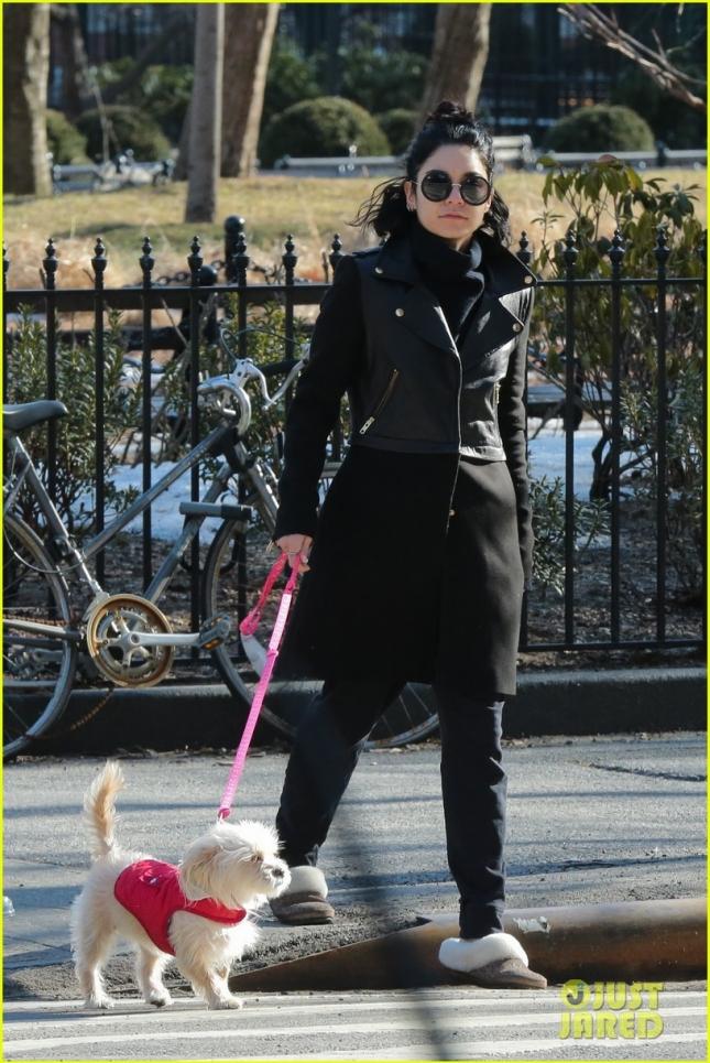 Ванесса гуляет со своей любимицей Дарлой