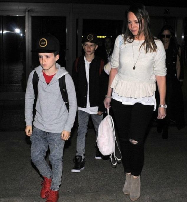 Виктория Бекхэм с детьми в аэропорту Лос-Анджелеса