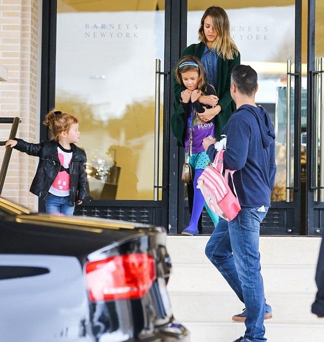 Джессика Альба с мужем Кэшом Уорреном и дочками