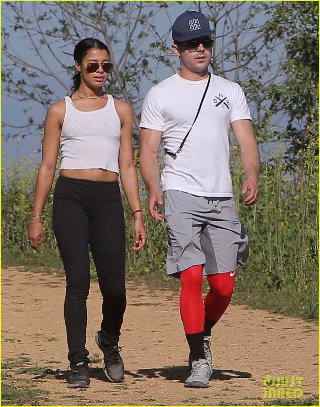 Зак Эфрон и Сами Миро гуляют по парку Griffith в Лос-Анджелесе
