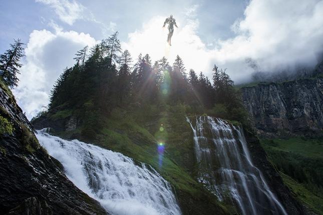 Железный человек парит над водопадом