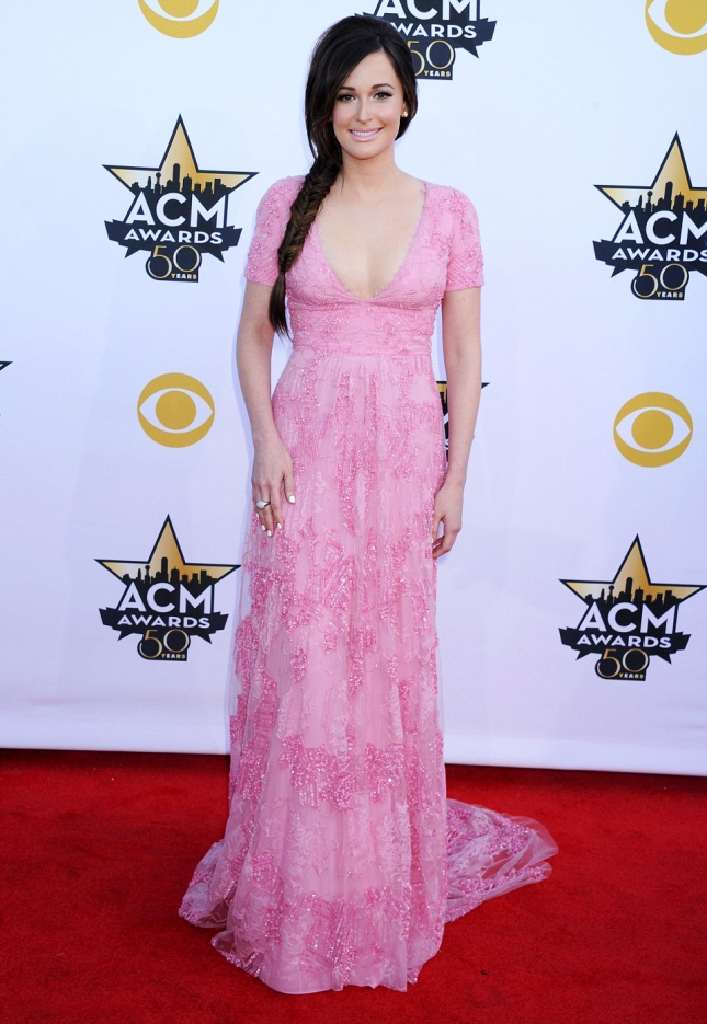 27C1B23100000578-3046304-Following_her_arrow_Kasey_Musgraves_looked_pretty_in_pink-a-4_1429486107441