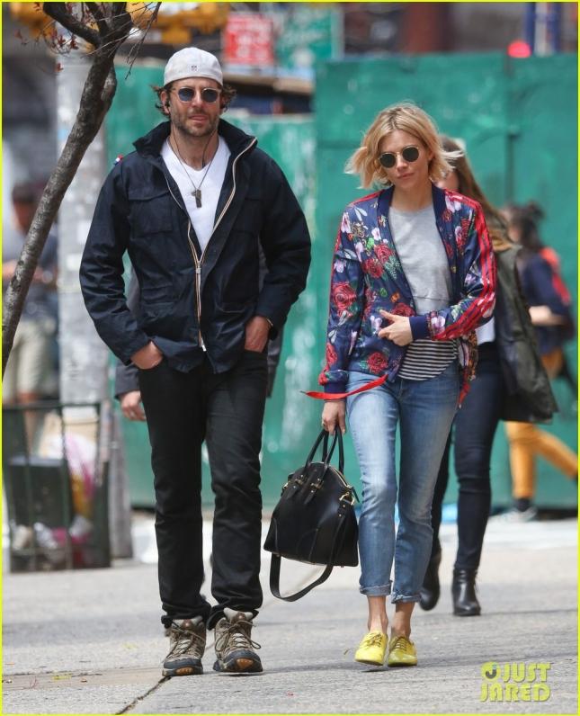 Брэдли Купер прогулялся по Нью-Йорку со своей подругой-коллегой Сиенной Миллер