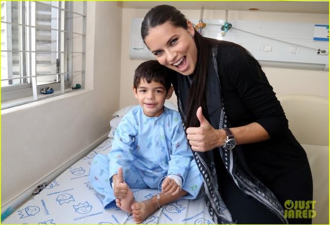 Адриана Лима приняла участие в открытии библиотеки в детской больнице Куритибы (Бразилия) и прочла маленьким пациентам несколько интересных книг