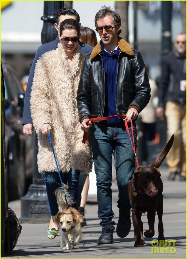 Энн Хэтэуэй и Адам Шульман гуляют с собаками