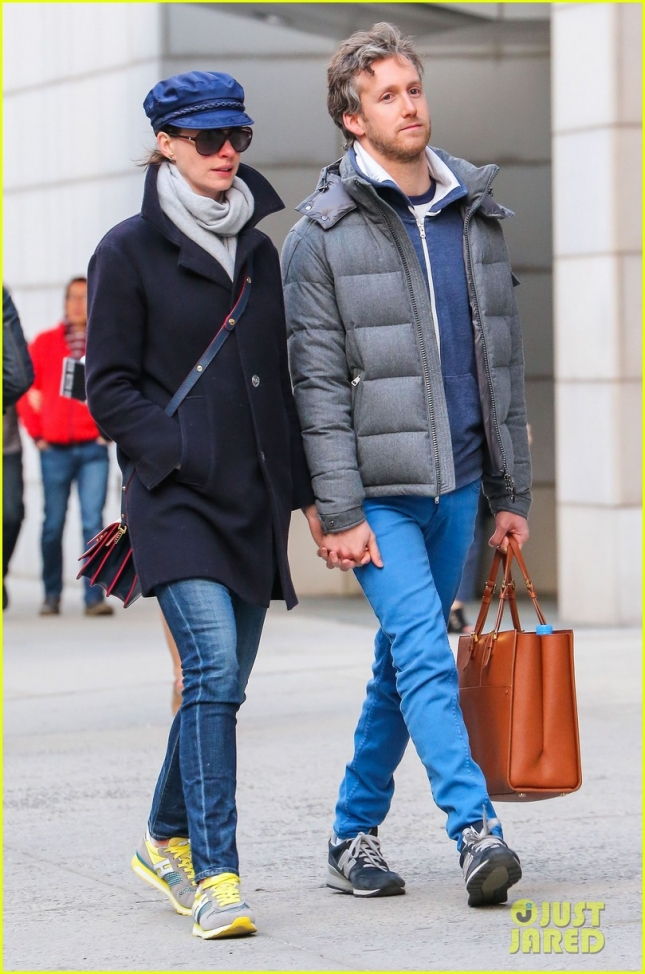 anne-hathaway-hangs-out-with-hubby-adam-05