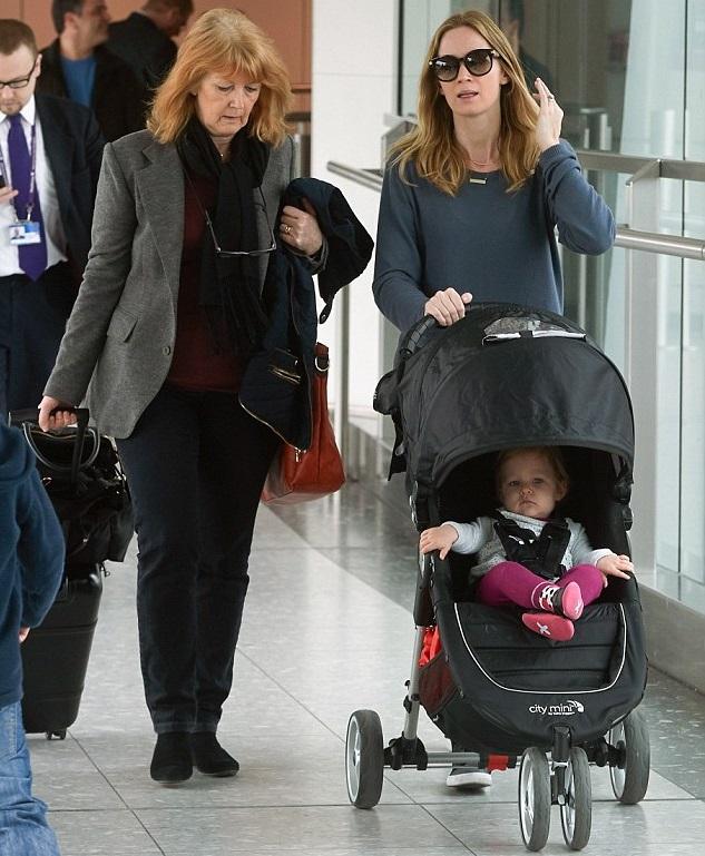 Эмили Блант с дочкой и мамой в аэропорту Хитроу в Лондоне