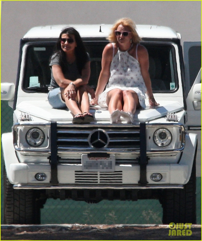 britney-spears-uses-car-as-seats-for-soccer-game-17