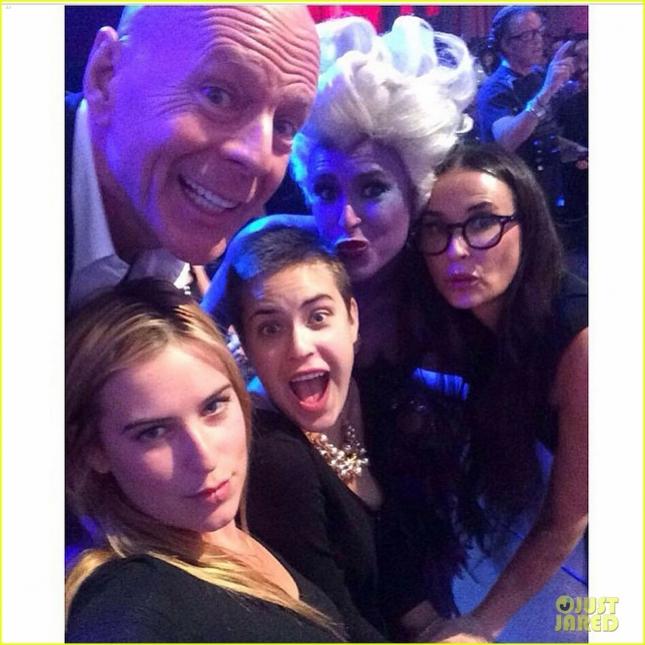 Брюс Уиллис с бывшей супругой Деми Мур и их общими дочерьми - Румер, Таллулой и Скаут. Фотограф - нынешняя жена актёра Эмма Хеминг.