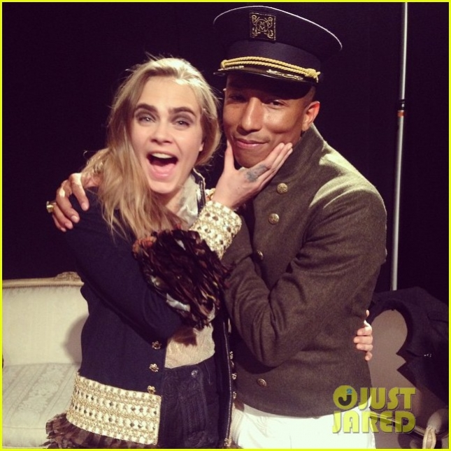 cara-delevingne-performs-duet-cc-the-world-with-pharrell-williams-03
