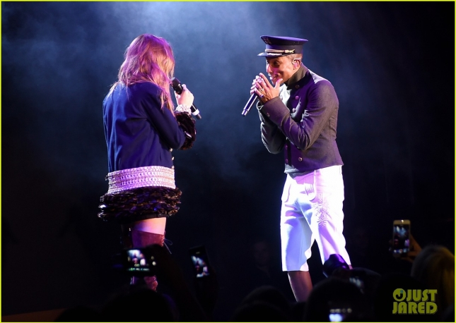 cara-delevingne-performs-duet-cc-the-world-with-pharrell-williams-05