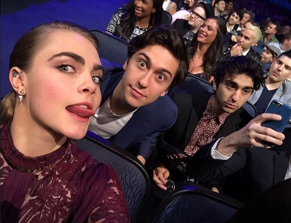 cara-delevingne-seeks-out-old-pals-at-the-mtv-movie-awards