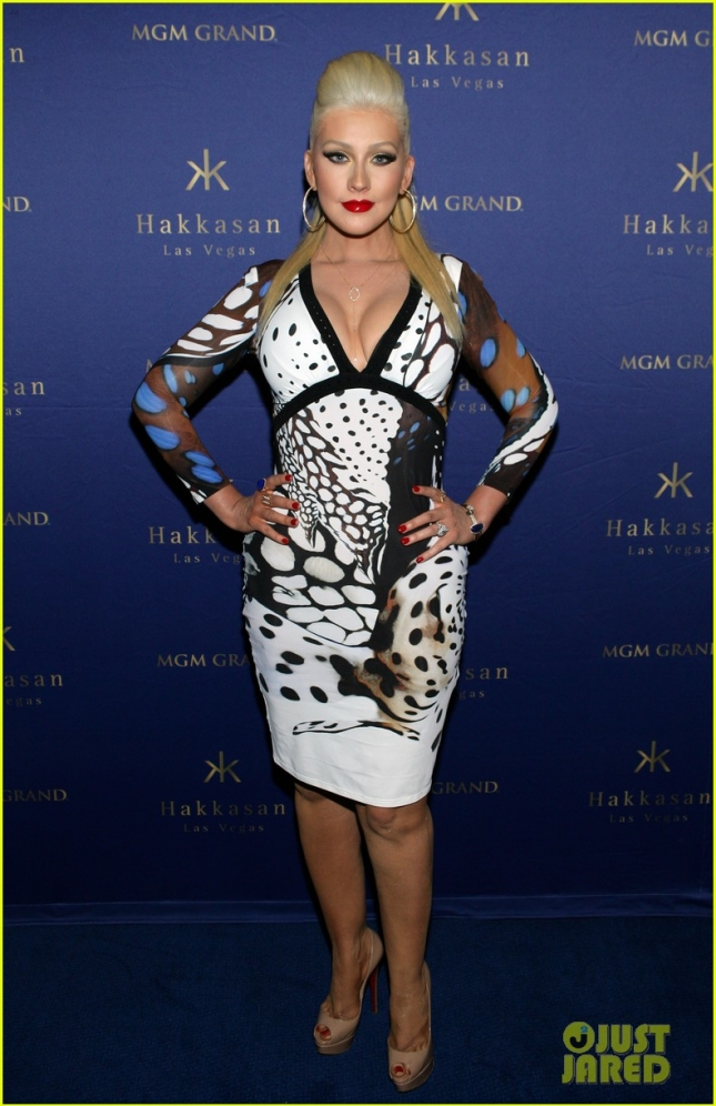 christina-aguilera-busts-out-of-her-dress-at-hakkasan-celebration-05