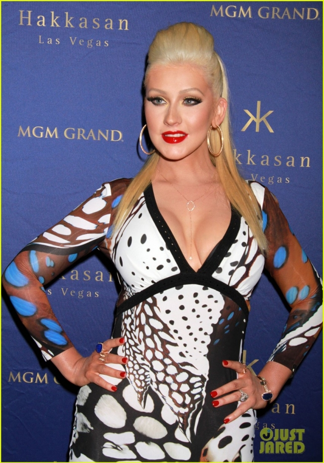 christina-aguilera-busts-out-of-her-dress-at-hakkasan-celebration-08