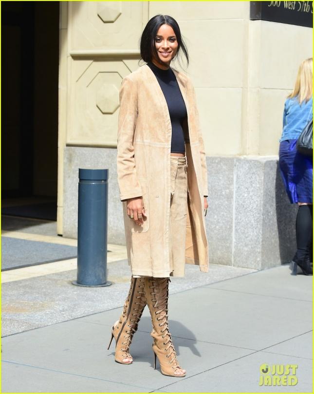 Сиара после деловой встречи в Нью-Йорке