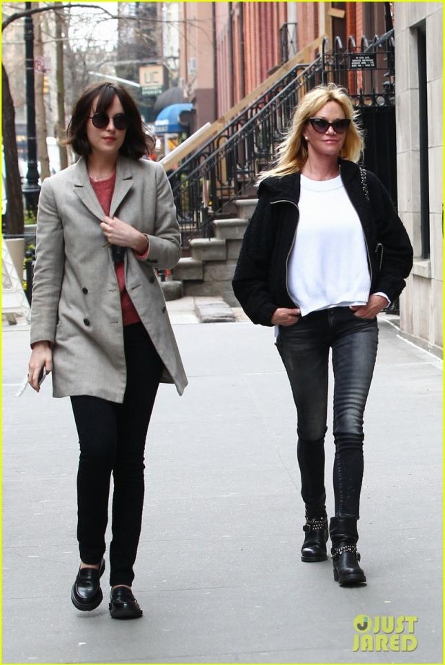 Дакота Джонсон прогулялась по Нью-Йорку вместе с мамой Мелани Гриффит