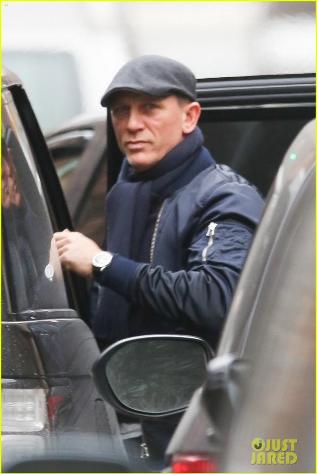 *EXCLUSIVE* Daniel Craig is spotted for the first time since knee injury **USA ONLY** *NO NEWSPAPERS*