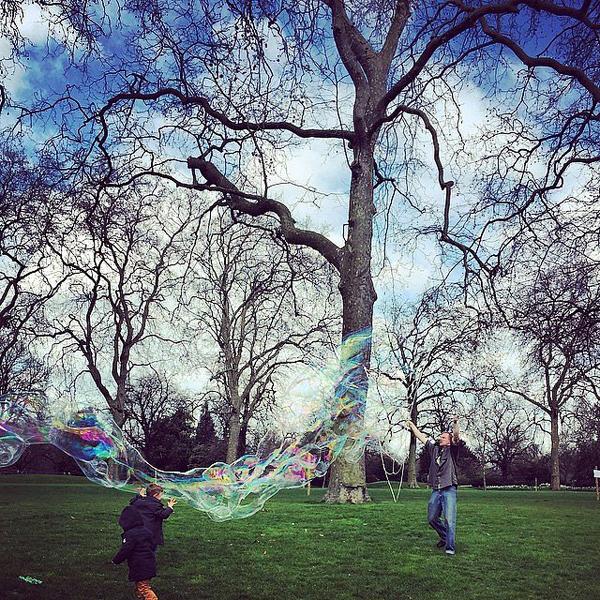 Ellie-Goulding-celebrated-colorful-bubbles-park