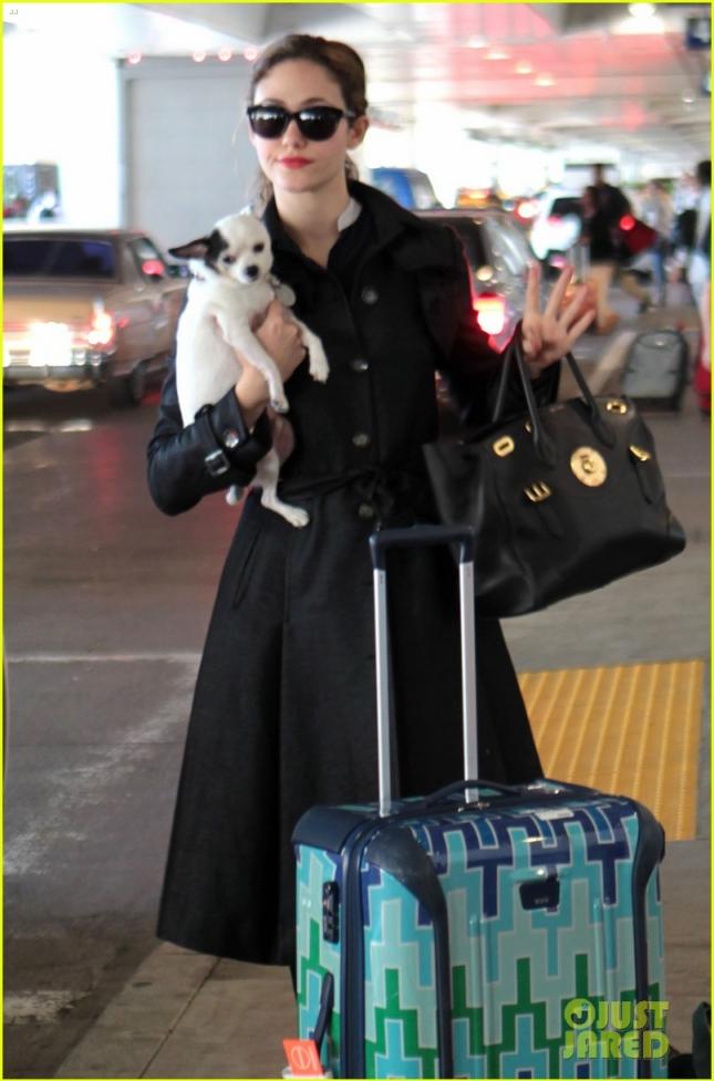 Эмми Россум и её питомец Сахарок в аэропорту LAX