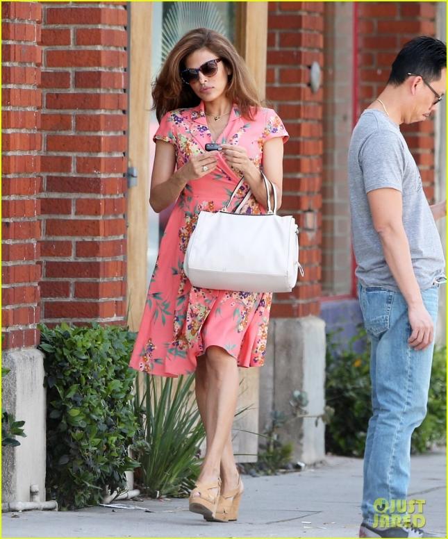 Ева Мендес, на днях ставшая посланницей красоты бренда Estee Lauder, сходила в парикмахерскую