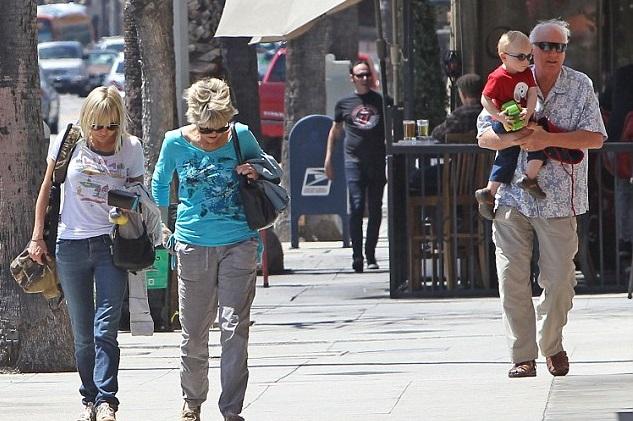 Анна Фарис  с сыном и родителями