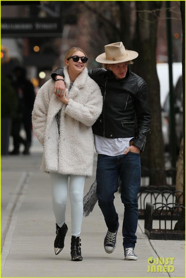 Джиджи Хадид и Коди Симпсон гуляют по Нью-Йорку
