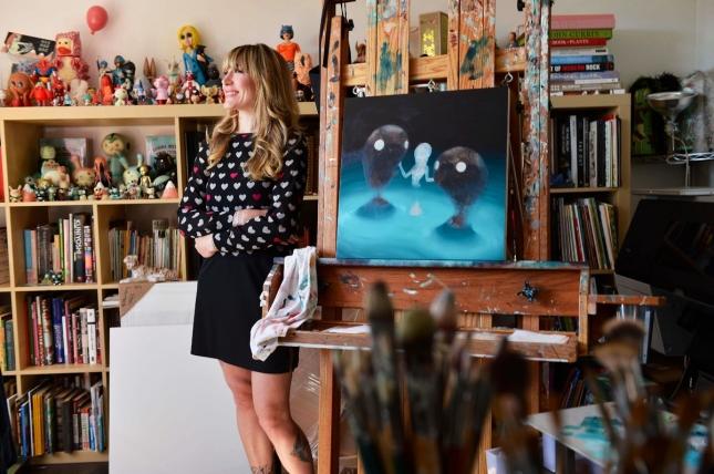 Художница в студии Нью-Йорка, США