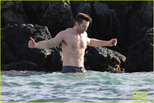 Хью Джекман расслабляется на пляже в Гонолулу