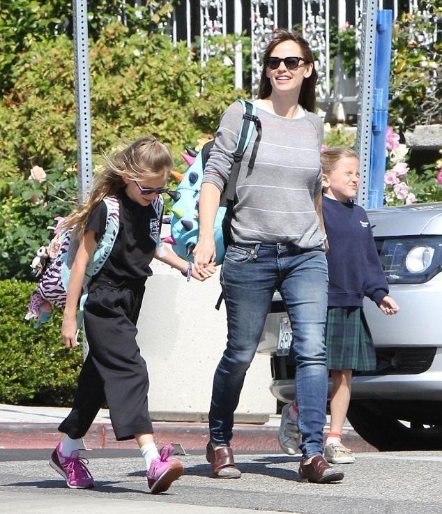 Дженнифер Гарнер с дочерьми Вайолетт и Серафиной
