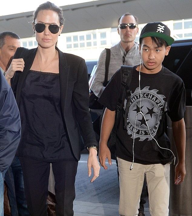 Анджелина Джоли со своим старшим сыном Мэддоксом и братом