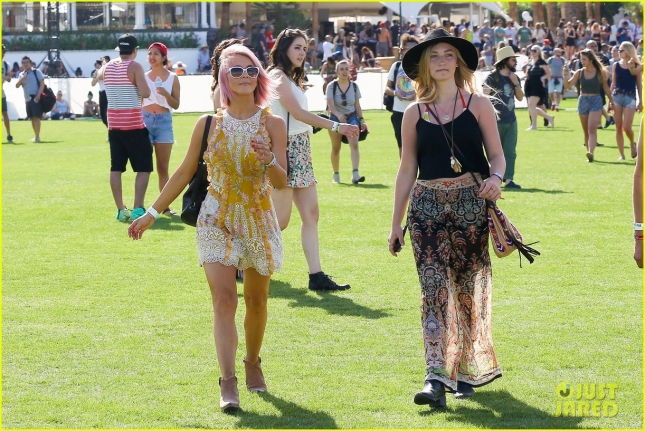 julianne-hough-aaron-paul-hang-out-at-coachella-day-one-31