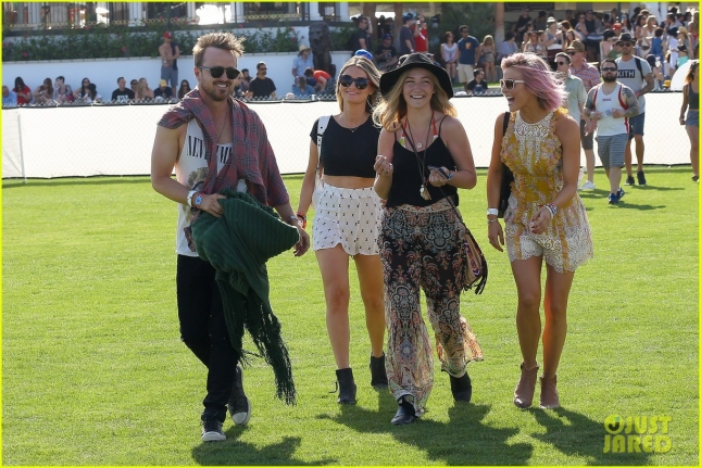 julianne-hough-aaron-paul-hang-out-at-coachella-day-one-33