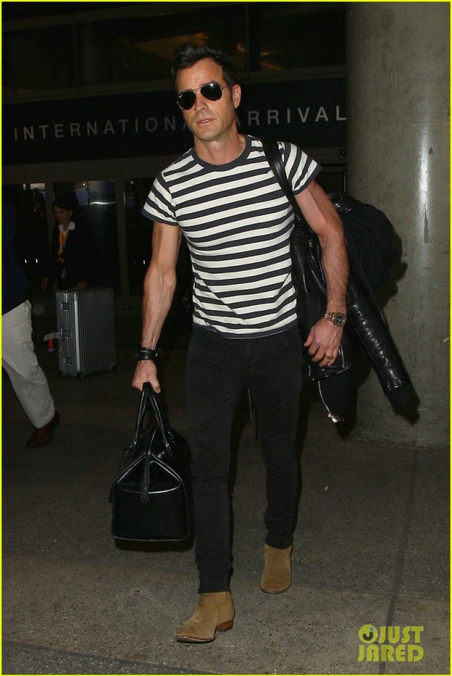 justin-theroux-arrives-back-to-la-03