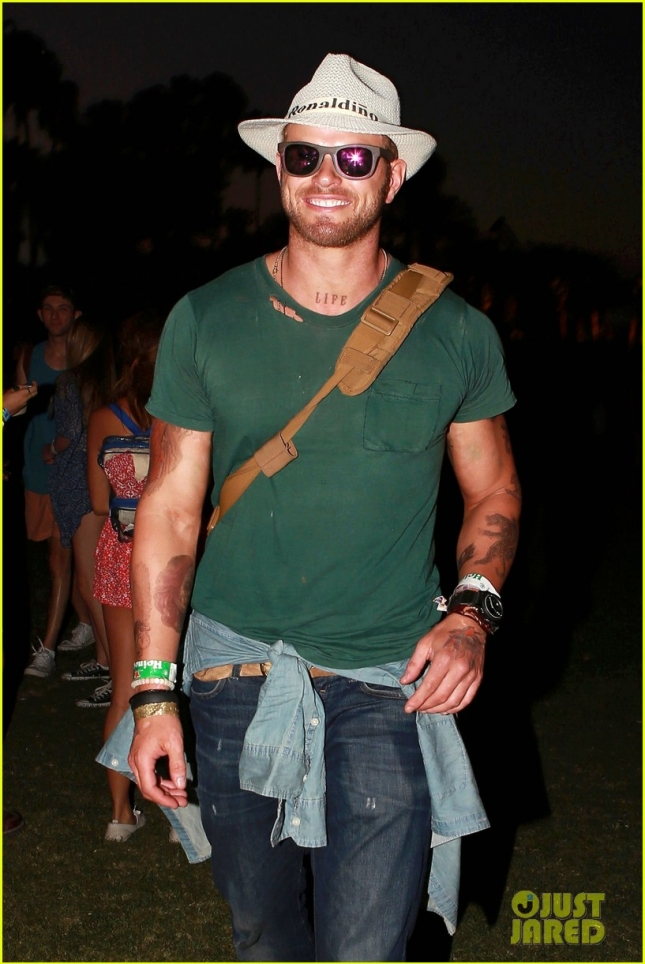 kellan-lutz-cody-simpson-gigi-hadid-coachella-day-three-04