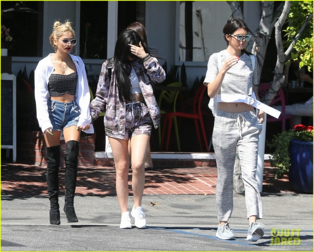 kendall-kylie-jenner-had-sister-time-with-pal-pia-mia-16