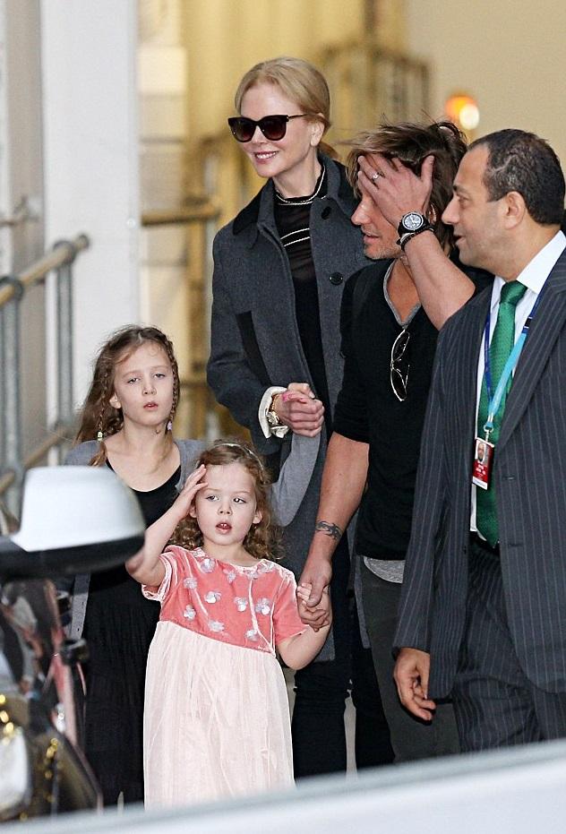 Николь Кидман и Кит Урбан с дочками в аэропорту Сиднея