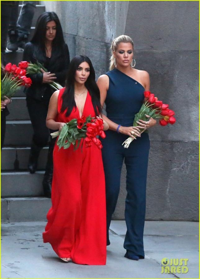 Ким и Клое Кардашьян возложили тюльпаны к Вечному огню в Мемориальном комплекс жертв Геноцида армян в Ереване