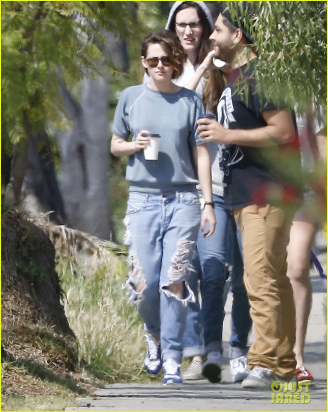 kristen-stewart-starts-off-the-weekend-with-her-friends-01