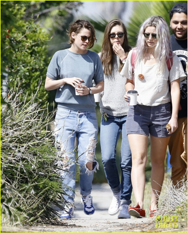 kristen-stewart-starts-off-the-weekend-with-her-friends-10