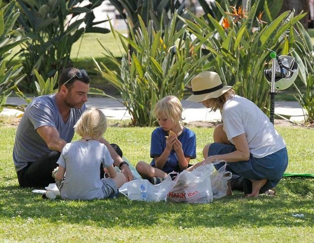 Наоми Уоттс и Лив Шрайбер с детьми