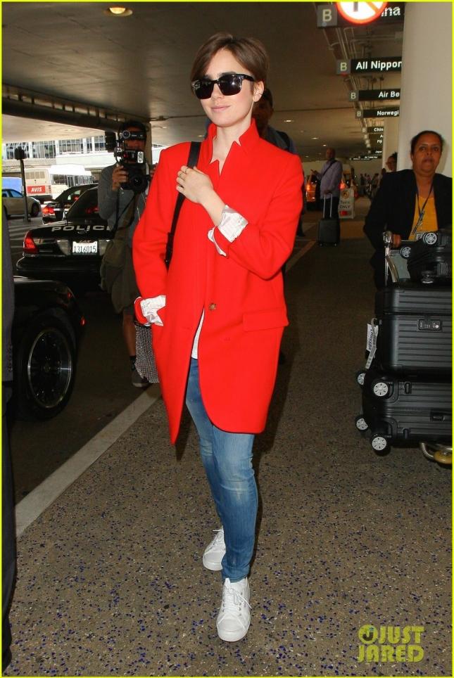 Лили Коллинз вернулась в ЛА со съемок для Lancome